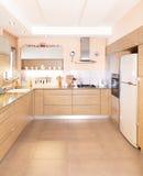 Cuisine neuve dans une maison moderne Photo stock