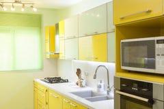 Cuisine neuve dans une maison moderne Image stock