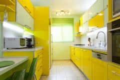 Cuisine neuve dans une maison moderne Photographie stock