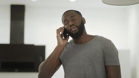 Cuisine parlante noire bouleversée de téléphone à la maison Entretien de finition de téléphone de type déçu clips vidéos