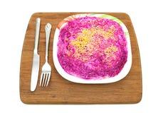 Cuisine russe : salade d'harengs avec les légumes et l'oeuf Images stock