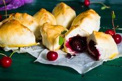 Cuisine russe traditionnelle : gâteaux avec des griottes images stock