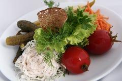 Cuisine russe ukrainienne classique - conserves au vinaigre Tomates marinées, concombres, carottes photographie stock