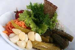 Cuisine russe ukrainienne classique - conserves au vinaigre Tomates marinées, concombres, carottes images libres de droits