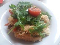 Cuisine saine - couscous avec les tomates et l'arugula frais image libre de droits