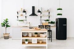 Cuisine scandinave moderne spacieuse de grenier avec les tuiles blanches et les appareils noirs Pi?ce lumineuse Int?rieur moderne image libre de droits