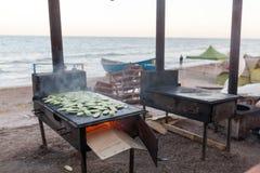 Cuisine sur la plage - cuisson extérieure image stock