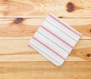 Cuisine Table de cuisine en bois avec la nappe rouge vide pour le dîner Photo stock