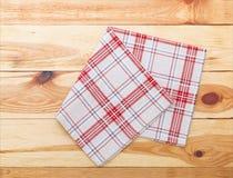 Cuisine Table de cuisine en bois avec la nappe rouge vide pour le dîner Image libre de droits