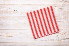 Cuisine Table de cuisine en bois avec la nappe rouge vide pour le dîner Photos stock