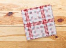 Cuisine Table de cuisine en bois avec la nappe rouge vide pour le dîner Images stock