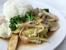 Cuisine thaïe Légumes colorés faits sauter à feu vif, oignon, brocoli, champignon avec de la viande dans le plat blanc avec du ri image libre de droits