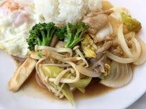 Cuisine thaïe Légumes colorés faits sauter à feu vif, oignon, brocoli, champignon avec de la viande dans le plat blanc avec du ri images libres de droits