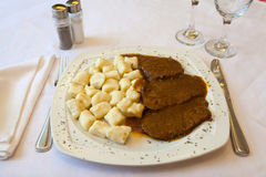 Cuisine traditionnelle croate, Pasticada avec le Gnocchi Photos stock