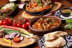 Cuisine traditionnelle d'oriental d'Ouzbékistan Table de famille d'Ouzbékistan de diff Image stock