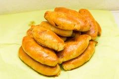 Cuisine traditionnelle de consommation savoureuse de nourriture de petit pâté de tartes de Pirogi Images stock