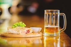 Cuisine traditionnelle de repas de restaurant La tortilla de Burrito a servi le conseil en bois Concept de bi?re et de nourriture photo stock