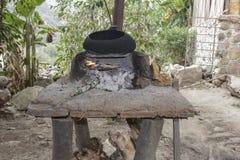 Cuisine traditionnelle péruvienne d'adobe avec du bois photographie stock libre de droits