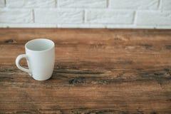 Cuisine Une tasse sur une chaise en bois photographie stock