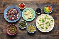 Cuisine végétarienne, concept de menu, casse-croûte, plats estaurant, nourriture locale, vue supérieure, fond en bois images libres de droits