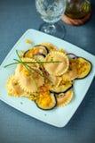 Cuisine végétarienne savoureuse avec les ravioli et l'aubergine Photographie stock libre de droits