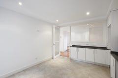 Cuisine vide de maison avec les meubles blancs photos libres de droits