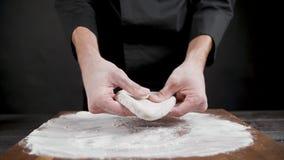 Cuisiner prépare la pâte de blé pour la pizza sur fond noir clips vidéos
