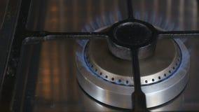Cuisinière à gaz avec le feu clips vidéos