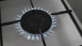 Cuisinière à gaz brûlante banque de vidéos