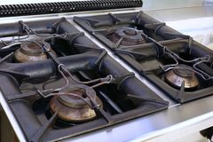 Cuisinière à gaz dans une cuisine industrielle dans la cantine scolaire Images stock