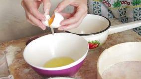Cuisinière Breaks Egg de femme dans une cuisine à la maison clips vidéos