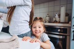 Cuisinière de deux petites filles dans la cuisine Images libres de droits