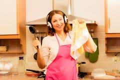 Cuisinière de femme au foyer dans la cuisine photo stock