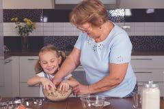 Cuisinière de grand-mère et de petite-fille Photos libres de droits