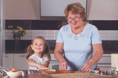 Cuisinière de grand-mère et de petite-fille Images stock