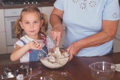 Cuisinière de grand-mère et de petite-fille Photos stock