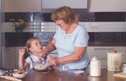 Cuisinière de grand-mère et de petite-fille Photographie stock libre de droits
