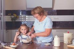 Cuisinière de grand-mère et de petite-fille Photographie stock