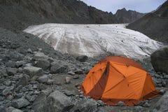 Cuisinière de hautes montagnes et tente de camping rouge photo stock