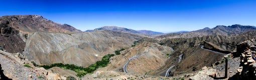 Cuisinière de montagne d'atlas et une route image stock