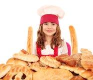 Cuisinière de petite fille avec des bretzels et des petits pains de petits pains de pain Image stock