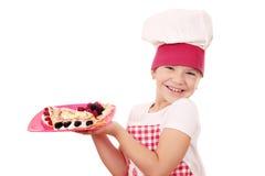 Cuisinière heureuse de petite fille avec des crêpes photo libre de droits