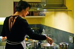 Cuisinières de femme au foyer pour le nouveau year& x27 ; dîner de s images libres de droits