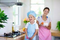 Cuisini?re de m?re et d'enfant Cuisini?re de maman et d'enfant dans la cuisine images stock
