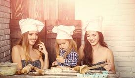Cuisinier à la maison Famille heureuse et concept d'enfance Photographie stock