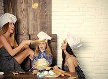 Cuisinier à la maison Femmes et enfant ayant l'amusement avec la pâte Photographie stock libre de droits