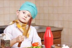 Cuisinier avec le couteau et la tomate Images libres de droits
