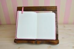 Cuisinier Book dans la cuisine Images stock