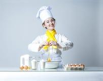 Cuisinier cassant l'oeuf Images stock