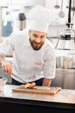 Cuisinier de chef à la cuisine images libres de droits